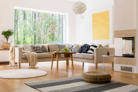 Sala de estar de diseño moderno con una hermosa vista a través de la ventana Foto de archivo - 82322777
