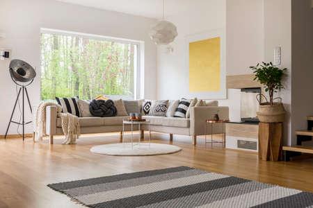白い壁と広々 としたモダンなリビング ルームの北欧風デザイン