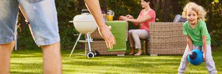家の庭に一緒に午後を過ごす家族