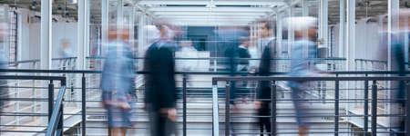 オフィス廊下、産業内部のパノラマで話しているビジネス人々