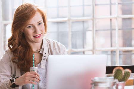 Meisje werken met computer in de koffiewinkel