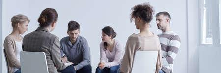 Treffen der Unterstützungsgruppe, die über Probleme spricht, die im Kreis sitzen Standard-Bild - 82355006