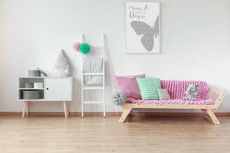 Modern houten meubilair in Scandinavische stijl in lichte, ruime kinderkamer Stockfoto