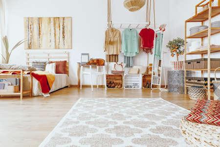 ベッドルームの床にパターンを持つ大きな明るいカーペット 写真素材