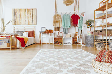 Groot helder tapijt met patronen op de slaapverdieping Stockfoto