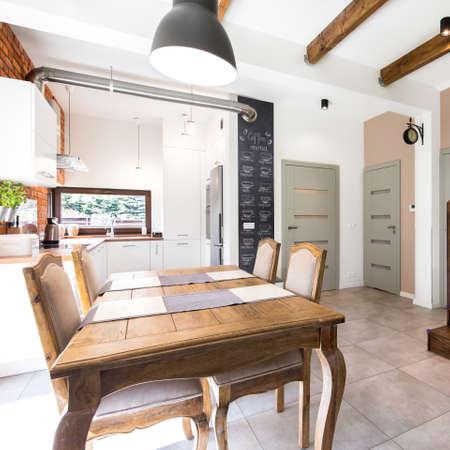 Geräumige Essbereich Mit Vintage Holztisch Vor Stilvolle ...