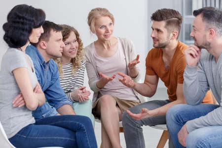 Coach et soutien groupe pendant la thérapie psychologique Banque d'images - 82361373