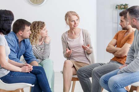 Psycholoog die haar patiënten moedigt om op groepsbijeenkomst te openen Stockfoto - 82361384