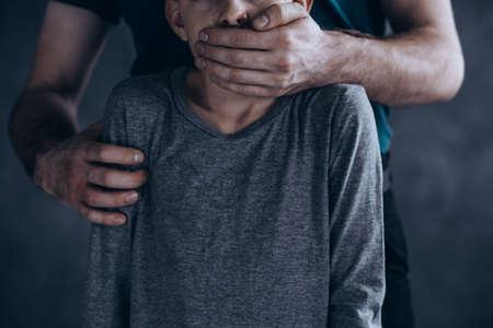 겁에 질린 납치 소년의 무서운, 개념적 사진 스톡 콘텐츠