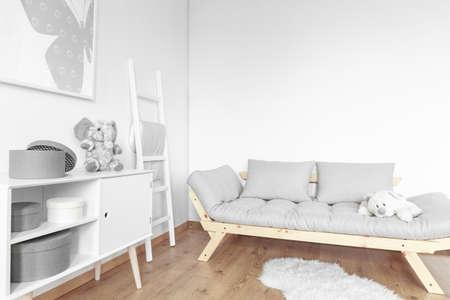 Lichte, eenvoudige kamer in Scandinavische stijl ontworpen voor kinderen