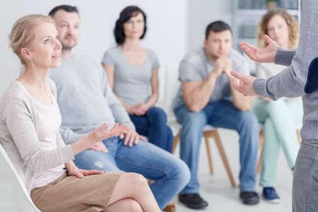 Vrouw psycholoog spreekt tijdens de groep psychotherapie sessie Stockfoto - 82361432