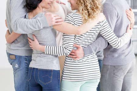 재활의 마지막 모임 후에 포옹하는 정신 요법 그룹 스톡 콘텐츠