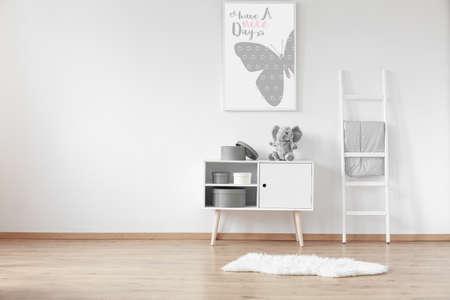 ラウンドの段ボール箱と部屋のふわふわラグ木製食器棚ホワイト