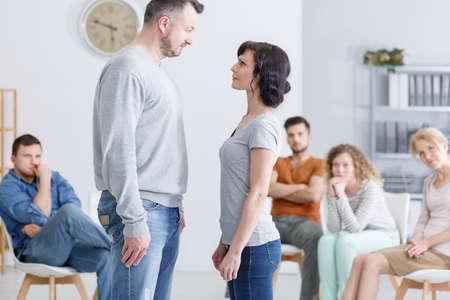Paar dat deelneemt aan een groepsterapie sessie Stockfoto