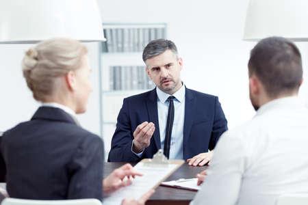 Man die promotie aanvraagt tijdens interview met bestuursleden Stockfoto