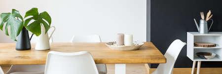 Sala da pranzo semplice in bianco e nero