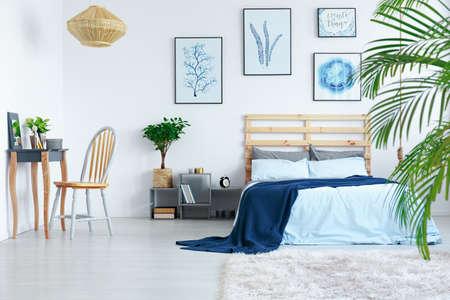 세련된 현대적인 스칸디나비아 아파트에 장식 된 흰색 침실