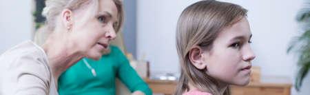 治療中に若い女の子に話して中年の金髪女性