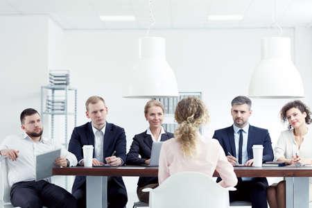 Blonde vrouw met een interview voor een baan in bedrijf