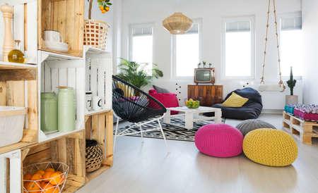 鼓舞する DIY 箱棚とスイングでトレンディなリビング ルーム