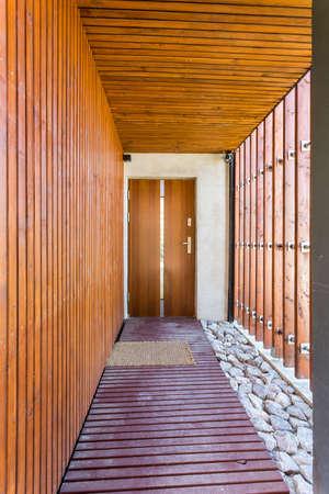 보드 통로 및 나무 인클로저와 현대 집 입구 스톡 콘텐츠 - 82517696