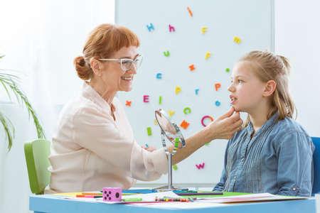 Spraakterapeut met een kind in haar heldere kantoor Stockfoto