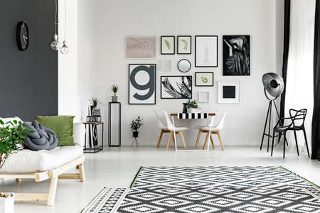 広々 としたリビング ダイニング テーブルと壁の黒と白 写真素材