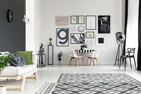 Schwarz-Weiß-Wände im geräumigen Wohnzimmer mit Esstisch Standard-Bild - 82516664