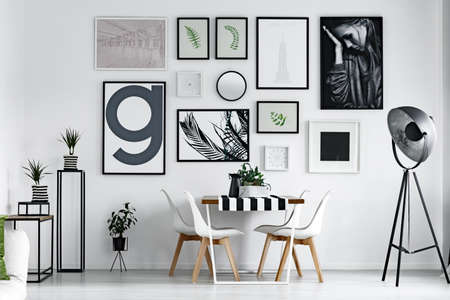벽에 그림이있는 스 칸디 스타일 식당 스톡 콘텐츠