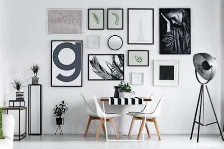 salle de salle de salle de salle de bains meublé avec des photos sur le mur