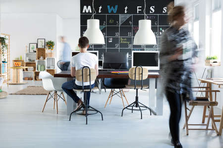 창조적 인 최신 유행 사무실에서 젊은 동료 스톡 콘텐츠