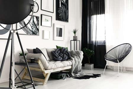 木製ソファ、モダンなデザイン リビング ルームの派手な黒い椅子