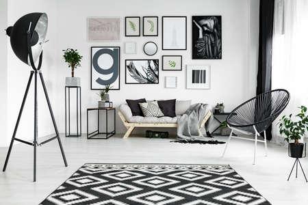 Stijlvolle witte woonkamer met zwarte accessoires en planten
