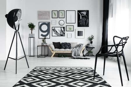 ポスターとモダンなデザイン リビング ルームの黒いスタイリッシュな椅子 写真素材 - 82516639