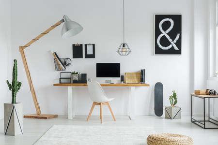 ホワイトの居心地の良いお部屋で仕事のための創造的なデザイン空間 写真素材
