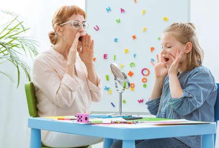 Vrouwelijke schooladviseur tijdens extra-curriculaire lessen met kind