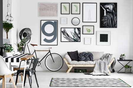黒と白の色で設計された広々 とした居心地の良いラウンジ