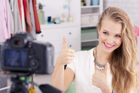 ビデオブログ作成者がオンラインで服を販売するファッションのブロガーとしての作品を楽しんで幸せです