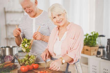 수석 남자와 여자 부엌에서 음식을 준비