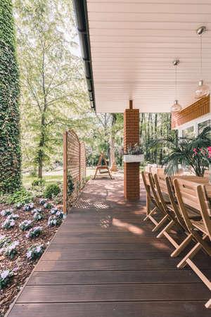 Moderne Sommer Hinterhof Terrasse mit Holzmöbeln umgeben von Wald Standard-Bild - 82756907