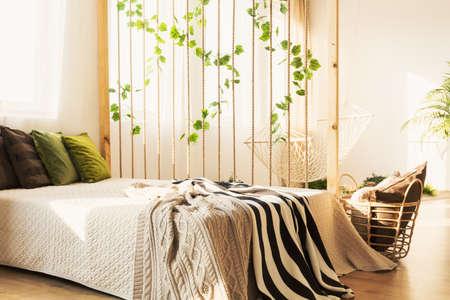 カラフルな枕とブランケット ホワイト エコ ロフトで居心地の良いエレガントなベッド