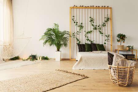 スタイリッシュな自然なベッドルーム シンプルなハンモックと植物