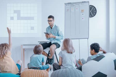女の子は、異常な教室でロボットの対話形式のレッスンで積極的に参加しています。近代的な教育コンセプト
