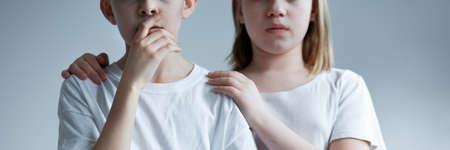 Twee kinderen die bang zijn gekleed in wit gekleed Stockfoto