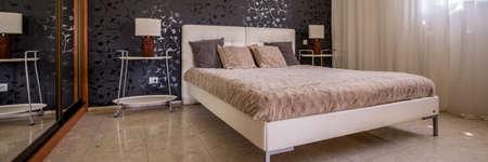白いキルト ダブル ベッド スタイリッシュな寝室のインテリア
