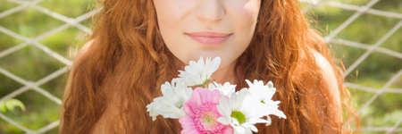 花の束をもつ少女のクローズ アップ