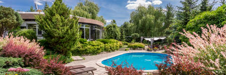Beautiful inspiring garden with swimming pool and shading patio Banco de Imagens - 83169499