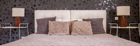 白いキルトの黒い壁と暗い寝室のベッド 写真素材 - 83169287