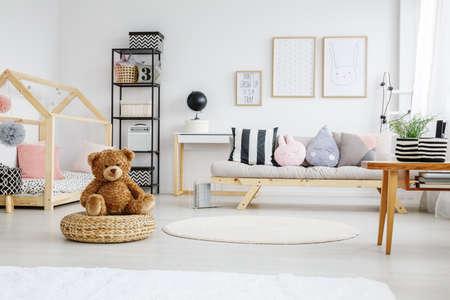 벽에 포스터와 여자의 재미있는 흰색 세련된 놀이방