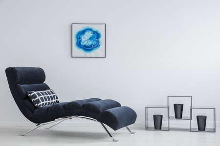 3 つの黒い植木鉢と壁に絵を創造的な金属のトリプル床棚 写真素材
